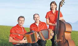 Vollblutmusiker: Seppi und Fredy Hess treten schon seit 50 Jahren gemeinsam auf. Seit zwölf Jahren ist auch Jrène Wallimann mit dabei (von links). Bild: Pascal Gaberell