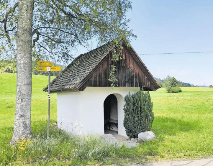 Am Strassenrand im Tänndli unter einer schattigen Birke steht die kleine Sebastianskapelle. (Bild Andreas Faessler)
