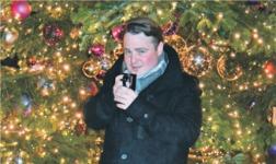 Nicht fromm, aber gläubig: Der 27-jähriger Goldauer Sänger Reto Bugmann am Zürcher Weihnachtsmärcht. Bild: Raphaela Reichlin