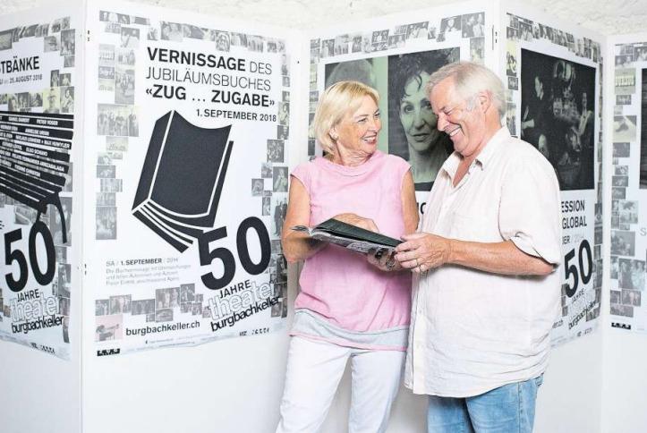 Judith Wild und Roland Schlumpf blättern im Jubiläumsbuch des Burgbachkellers. (Bild Maria Schmid)