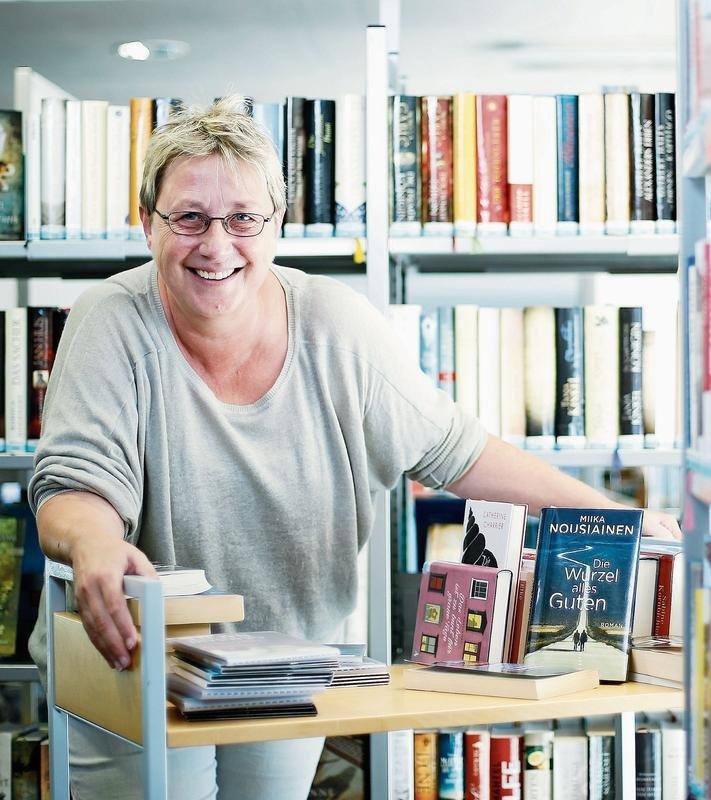 Fabia Patocchi bei ihrer Arbeit in der Bibliothek in Baar. (Bild: Stefan Kaiser)