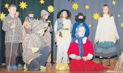 Im Stall von Bethlehem treffen alle zusammen: Begabte junge Schauspieler liessen die Zuschauer die Weihnachtsgeschichte hautnah miterleben. Bild Simone Pflüger