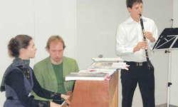 Susanne Brenner (Klavier), assistiert von Simon Scheiwiller, und Mark Odermatt (Klarinette) untermalen musikalisch die kleine Weihnachtsgeschichte.
