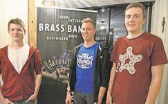 Die Neumitglieder Lukas Flecklin (links) und Matthias Maurer (rechts) mit Nico Hunziker, neues Vorstandsmitglied. Bild: PD