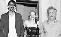 Verleger André Gstettenhofer (rechts), Autorin Fabia Morger und ihr Mentor Peter Wild bei der Präsentation. Bild heu