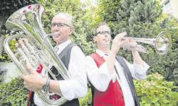 Musik ist Familiensache: Vater Very und Sohn Roland Rickenbacher. Bild Boris Bürgisser