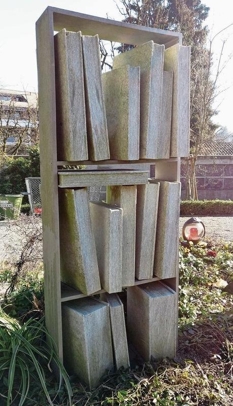 Augenfällig: die Grabstätte von Hermann Steiner-Stoll (1917-2001) auf dem Chamer Friedhof. (Bilder Andreas Faessler)