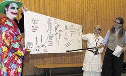Ungewohnte Präsentation: Präsidentin Anita Betschart, von rechts, zeichnete ihren Jahresbericht auf ein Poster. Die Vorstandsmitglieder Nadja Ulrich und Martin Moser jun. dienten ihr bei der Präsentation. Bild Christoph Jud