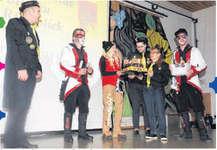 Zu einem rechten Geburtstag gehört eine Torte. Am Freitag wurde diese in Wollerau von Vorstandsmitgliedern der 100-jährigen Fasnachtsgesellschaft Fidelitas an die 30-jährigen Roosschränzer überreicht. Bild Frieda Suter