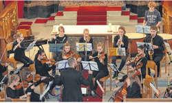 Das Jugendorchester Ausserschwyz spielte unter Leitung von Adrian Müller Auszüge aus «Carmen in Concert». Bild Paul Diethelm