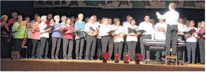 Der Chor 60+ Ausserschwyz umrahmte mit seinem Gesang die Weihnachtsfeier für Seniorinnen und Senioren in der Buechberghalle in Wangen. Begleitet und dirigiert wird der Chor vom Dirigenten Stefan Meyer am Klavier. Bild zvg