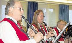 Klassische Weihnachtslieder: Die Musikgesellschaft Steinerberg spielte auch bekannte Songs wie «Happy X-mas» von John Lennon. Bild Martina Blunschy