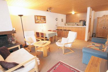 Wohnzimmer und die offene Küche