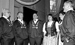 Die Jodler des Wildbach-Chörli Hirzel eröffneten das Konzert noch im Sennenchutteli, bevor sie dann ihr neues Gilet vorstellten. (Bild: Lilo Etter)