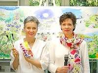 "Evi Juon und Ruth Juon vor ihrem Bild ""Aquarelsong Paradise"""