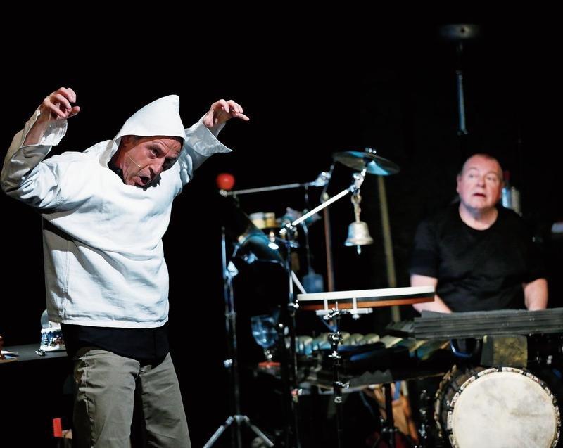 Walter Sigi Arnold und Beat Föllmi (von links) sorgen für Lacher und regen zum Nachdenken an. (Bild Stefan Kaiser)