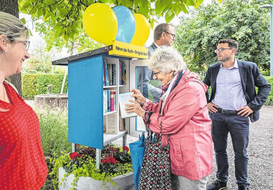 Initiantin Anna Merz lieh sich bei der Eröffnungsfeier gleich das erste Buch aus. (Bild Christian H. Hildebrand)