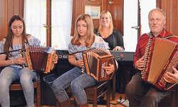 Natasha Grätzer (links) und Lorena Fässler aus Einsiedeln wurden im Restaurant Hirschen von Jacqueline Wachter (E-Piano) und deren Vater Ruedi Wachter begleitet. Bild Guido Bürgler