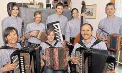 Musikalischste Familie im Kanton Schwyz: Jolanda Schmidig (links) und ihr Gatte Franz sowie ihre sechs Kinder spielen alle in der Familienkapelle. Bild Ernst Immoos