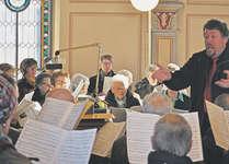 Begleitet von Madeleine Durrer an der Orgel boten die 20 Sänger und Sängerinnen unter der Leitung von Fabian Bucher einen überzeugenden Auftritt. Foto: René Steiner
