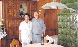 Armin und Trudi Büeler in einer der Gaststuben mit einem Büeler Bitter. Nur noch wenige Flaschen der Eigenkreation stehen im Keller, dann ist der Vorrat aufgebraucht. Der Patron beabsichtigt, das Rezept, welches geheim ist, zu verkaufen. Bild Ch. Teuber