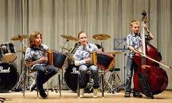 Auch folkloristische Klänge kamen am Frühlingskonzert der Musikschule Ybrig nicht zu kurz. Hier das Trio mit Ueli Ott am Kontrabass.