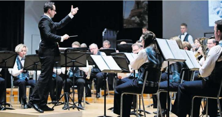 Unter der Anleitung des Dirigenten Daniele Giovannini spielt die Feldmusik Allenwinden in der heimischen Aula. (Bild Stefan Kaiser)