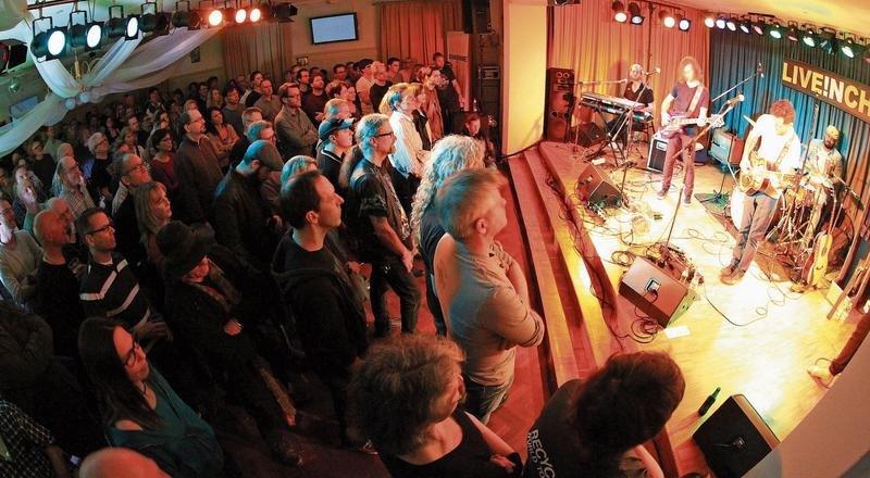 Die einmalige Clubathmosphäre von Live in Cham im Kreuzsaal, wie hier beim Konzert der US-Amerikaner The Delta Saints aus Nashville, endet mit dem morgigen letzten Konzertabend und den Auftritten des Schweizers Dominic Schoemaker und des Briten Aynsley Lister. (Bild Charly Keiser)