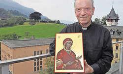 Pater Joseph Braun stellt im Missionshaus Bethlehem in Immensee seine Ikonen aus. Bild Edith Meyer