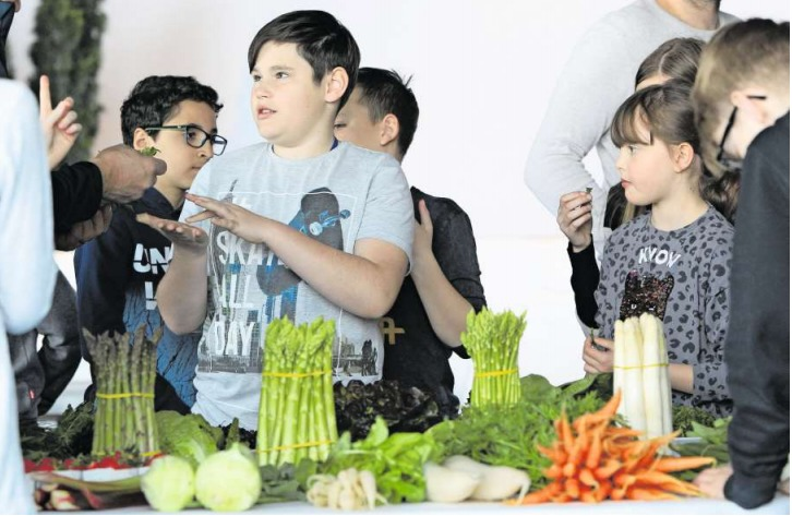 Mit grossem Interesse begutachten die Kinder das Gemüse des «Buuregarte» in Hünenberg. (Bild Charly Keiser)