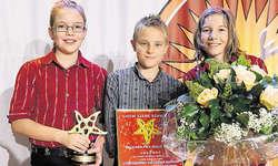 Strahlen um die Wette: (von links) Fabienne Bellmont, Ueli Ott und Céline Lacher aus Studen/Unteriberg.