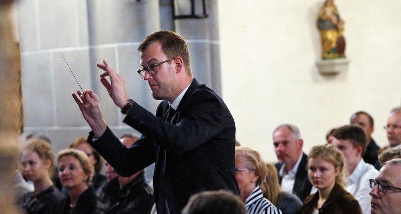 Dirigent Sandro Blank hat seine Feuertaufe bei der Stadtmusik Zug mit Bravour bestanden. (Bild: Werner Schelbert)
