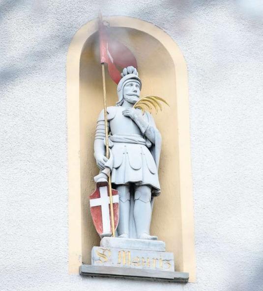 In ritterlicher Montur mit Palmwedel als Symbol des Märtyrertums und einer Lanzenfahne: der hl. Mauritius, Kirchenpatron von Niederwil, in seiner Nische. (Bild Maria Schmid)