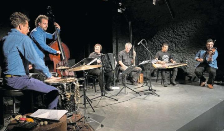 Schweiz trifft Ägypten: Mit dem «Ala Fekra»-Projekt eroberte die Zuger Akkordeonistin Patricia Draeger (Mitte) ihr Publikum im Handumdrehen. Die klangliche Fusion – ein Erfolgsrezept. (Bild Ingo Höhn/dphoto.ch)