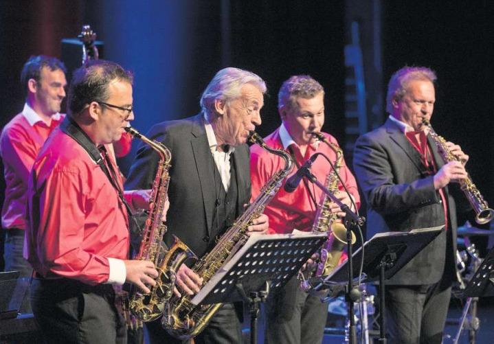 Beschwingtes Konzert von Carlo Brunner (rechts), seiner Superländlerkapelle und Pepe Lienhard (Mitte). (Bild Matthias Jurt)