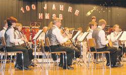Die Harmoniemusik Schübelbach-Buttikon spielte am Samstagabend zu ihrem 100-Jahr-Jubiläum in der gut besuchten Mehrzweckhalle auf.