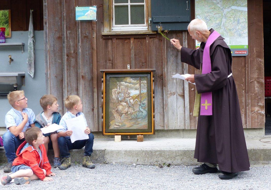Bruder Benedikt segnet das Georgsbild