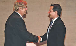 Kaspar Landolt gratulierte Reto Walker (rechts), Dirigent des Musikvereins Galgenen, zur Ehrung. Bild Lilo Etter