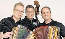 CD mit Schwyzerörgeli und Geige: (von links) Remo Gwerder, Carlo Gwerder und Iwan Meier stellen am Samstag ihre CD vor. Sie freuen sich auf viele interessierte Gäste. Bild Jörg Kressig