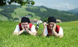 Das Duo Messer und Gabel sorgt im November mit seiner Appenzeller Show für Lacher und Kracher.  Bild zvg
