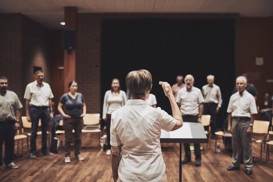 Dirigentin und Jodler in Aktion. Bild: Philippe Hubler