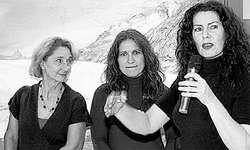 Galeristin Sonja Kuriger (rechts) stellte ihre Künstlerinnen und Künstler vor, mit denen sie eine langjährige, enge Zusammenarbeit verbindet. (Bild: mem)