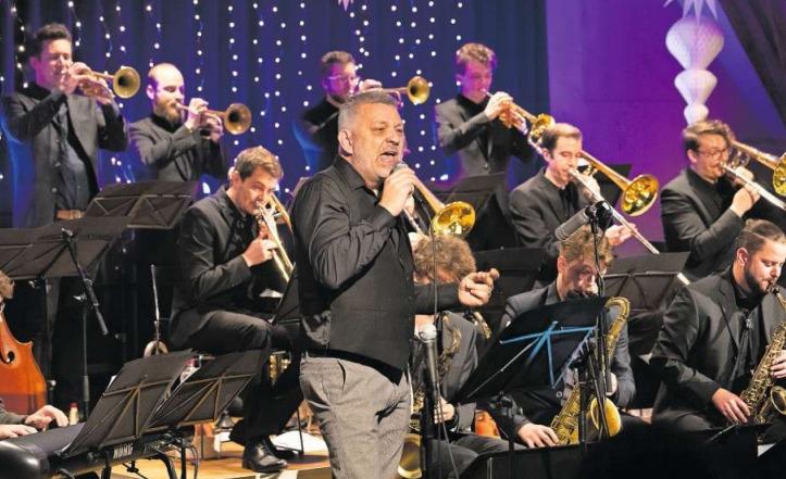 Mit der Unterstützung von Sänger Philippe Koller(Zug) und Sängerin Esrin Sossai (Luzern) bot die Big Band Zug verschiedene Swing-Klassiker und Weihnachtslieder. (Bild Roger Zbinden)