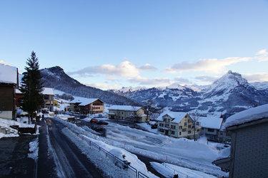 Schön Aussicht auf die Glarner Alpen und über das Dorf Amden