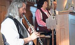 Ein toll eingespieltes Team: Dani Häusler erfreute an Klarinette und Saxofon, Marina Burch-Petrychenko an der schönen Sattler Orgel. Bild: Ruth Auf der Maur