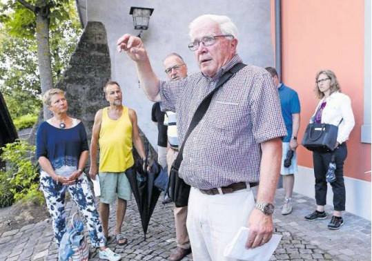 Peter Ott (vorne) hat in der Zuger Altstadt viel zu erzählen. (Bild Werner Schelbert)