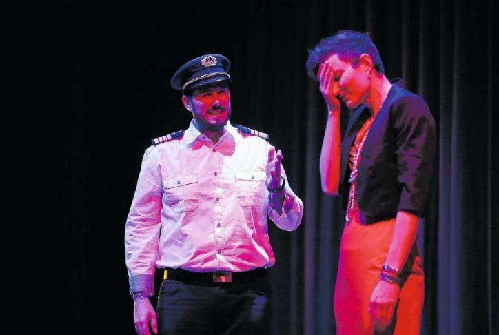 Schiffskapitän Daniel Bonhoeffer (gespielt von Daniel Klauer) redet auf Passagierin Julia Stiller (gespielt von Patricia Theiler) ein, die mit ihrer Tochter auf Kreuzfahrt ist und auf dieser ein grausames Geheimnis entdeckt. (Bild Stefan Kaiser)