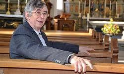 Musikalisch in der Kirche zu Hause: Der Brite Sir Colin Mawby studierte am Sonntag seine Eigenkomposition «Quoniam Angelis Suis» mit dem Kirchenchor Galgenen ein. Bild Tatjana Kistler