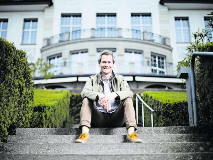 Der 48-jährige Intendant Samuel Steinemann vor dem Theater Casino Zug. (Bild Stefan Kaiser)