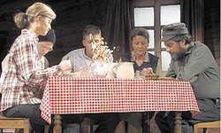 Familie Holzer schweigend bei Tisch: Tanja Kälin, Hans Imhof, Iwan Marty, Sissy Graf und Peter Marty. Bild Désirée Schibig